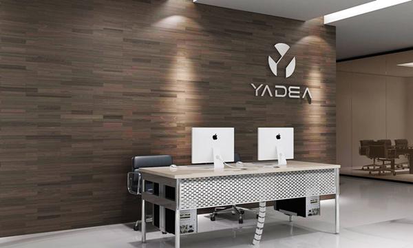 简洁的墙面造型设计与时尚的前台定制的原木色桌子与